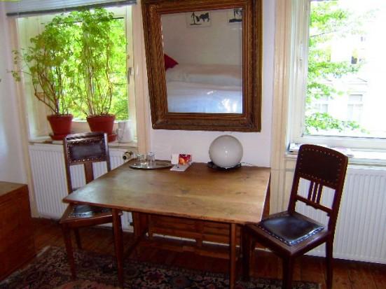 doppelzimmer mit zwei betten in hamburg eimsb ttel. Black Bedroom Furniture Sets. Home Design Ideas